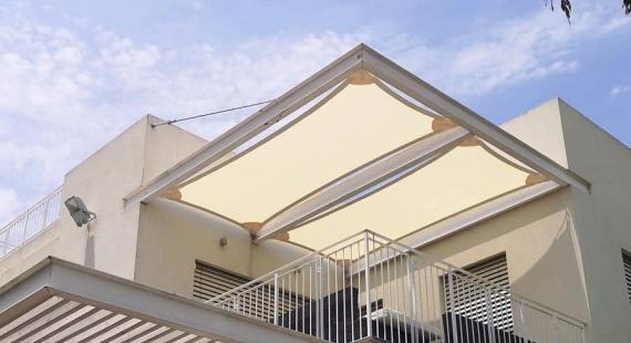 הצללה באמצעות רשת צל במרפסת של בית פרטי
